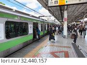Купить «People enter the train on platform of railway station. It is the JR Yamanote Line most important train line in Tokyo city. Train bound for Shinagawa. Токио, Япония», фото № 32440157, снято 11 апреля 2013 г. (c) Кекяляйнен Андрей / Фотобанк Лори