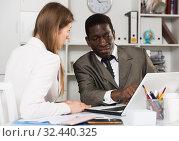 Купить «Young woman and man colleagues working at laptop and discussing», фото № 32440325, снято 17 февраля 2020 г. (c) Яков Филимонов / Фотобанк Лори