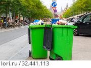 Green garbage can on sidewalk, european city. Стоковое фото, фотограф Tryapitsyn Sergiy / Фотобанк Лори