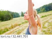 Junge Frau macht eine Wellness Atemübung zur Entspannung in der Natur. Стоковое фото, фотограф Zoonar.com/Robert Kneschke / age Fotostock / Фотобанк Лори
