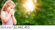 Panorama von Kind mit Heuschnupfen oder Allergie im Sommer im Garten. Стоковое фото, фотограф Zoonar.com/Robert Kneschke / age Fotostock / Фотобанк Лори
