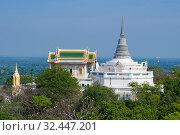 Вид на старинный буддистский  храм Wat Phra Каеw и ступу Phra Sutthasela Chedi солнечным днем. Королевский холм (Phra Nakhon Khiri). Пхетчабури, Таиланд (2018 год). Стоковое фото, фотограф Виктор Карасев / Фотобанк Лори