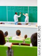 Student und Lehrer an der Tafel rechnen eine mathematische Formel aus. Стоковое фото, фотограф Zoonar.com/Robert Kneschke / age Fotostock / Фотобанк Лори