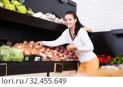 Купить «Customer examining various onions in grocery shop», фото № 32455649, снято 23 ноября 2016 г. (c) Яков Филимонов / Фотобанк Лори