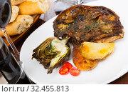 Купить «Spanish dish - lamb head with artichoke, tomatoes and potatoes», фото № 32455813, снято 8 апреля 2020 г. (c) Яков Филимонов / Фотобанк Лори