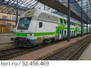 Купить «Современный двухэтажного пассажирский поезд у перрона центрального вокзала Хельсинки. Финляндия», фото № 32456469, снято 11 июня 2017 г. (c) Виктор Карасев / Фотобанк Лори