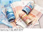 Время платить налоги. Много российских денег. Купюры достоинством две и пять тысяч рублей. Стоковое фото, фотограф Наталья Осипова / Фотобанк Лори