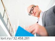 Consulting Mann als Business Berater oder Experte liest konzentriert eine Akte. Стоковое фото, фотограф Zoonar.com/Robert Kneschke / age Fotostock / Фотобанк Лори