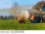 Купить «Ein Traktor düngt mit Gülle ein Feld im Herbst», фото № 32458853, снято 7 июня 2020 г. (c) age Fotostock / Фотобанк Лори