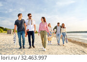 Купить «happy friends walking along summer beach», фото № 32463997, снято 31 августа 2019 г. (c) Syda Productions / Фотобанк Лори