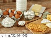 Купить «cottage cheese, crackers, milk, yogurt and butter», фото № 32464045, снято 16 августа 2018 г. (c) Syda Productions / Фотобанк Лори