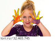 Ein kleines Kind malt mit Fingerfarben. Lustig und Kreativ. Стоковое фото, фотограф Zoonar.com/Erwin Wodicka / age Fotostock / Фотобанк Лори