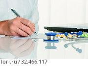 Arzt verschreibt ein Medikament. Besondere Medikamente und Tabletten sind rezeptpflichtig. Стоковое фото, фотограф Zoonar.com/Erwin Wodicka - erwin.wodicka@gm / age Fotostock / Фотобанк Лори