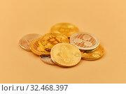 Kryptowährung Münzen wie Bitcoin, Ether und Rippe als Haufen. Стоковое фото, фотограф Zoonar.com/Robert Kneschke / age Fotostock / Фотобанк Лори