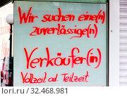 In einem Schaufenster wird eine offene Stelle für eine Verkäuferin angeboten. Стоковое фото, фотограф Zoonar.com/Erwin Wodicka / age Fotostock / Фотобанк Лори