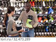 Купить «African American asking salesgirl about ski boots», фото № 32473289, снято 16 апреля 2019 г. (c) Яков Филимонов / Фотобанк Лори