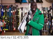 African guy posing in skiing gear. Стоковое фото, фотограф Яков Филимонов / Фотобанк Лори