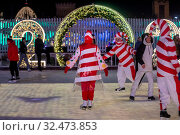 Купить «Молодые люди в карнавальных костюмах снеговиков и леденцов катаются на катке на ВДНХ в городе Москве, Россия 22 ноября 2019», фото № 32473853, снято 22 ноября 2019 г. (c) Николай Винокуров / Фотобанк Лори