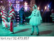 Купить «Молодые люди в карнавальных костюмах снеговиков и леденцов катаются на катке на ВДНХ в городе Москве, Россия 22 ноября 2019», фото № 32473857, снято 22 ноября 2019 г. (c) Николай Винокуров / Фотобанк Лори