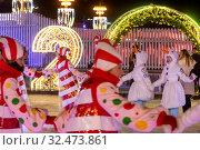 Купить «Молодые люди в карнавальных костюмах снеговиков и леденцов водят хоровод на катке на ВДНХ в городе Москве, Россия», фото № 32473861, снято 22 ноября 2019 г. (c) Николай Винокуров / Фотобанк Лори