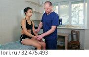 Купить «Chiropractic treatment - the doctor specialist testing out the reaction on a little hammer», видеоролик № 32475493, снято 20 февраля 2020 г. (c) Константин Шишкин / Фотобанк Лори