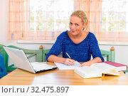 Eine junge Studentin beim lernen für ihr Studium in ihrer Wohnung. Стоковое фото, фотограф Zoonar.com/Erwin Wodicka - wodicka@aon.at / age Fotostock / Фотобанк Лори