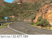 Scharfe Kurve nach rechts bei einer Straße im Gebirge von Gran Canaria. Стоковое фото, фотограф Zoonar.com/Robert Kneschke / age Fotostock / Фотобанк Лори