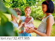 Kinder gratulieren einem Mädchen und schenken dem Geburtstagskind Geschenke. Стоковое фото, фотограф Zoonar.com/Robert Kneschke / age Fotostock / Фотобанк Лори
