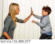 Mutter und Sohn, Symbol für Liebe, Spaß, Kindheit, Glück. Стоковое фото, фотограф Zoonar.com/Erwin Wodicka / age Fotostock / Фотобанк Лори