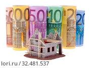 Купить «Viele Euro Geldscheine mit Rohbau Haus», фото № 32481537, снято 30 марта 2020 г. (c) age Fotostock / Фотобанк Лори