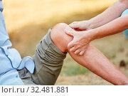 Frau hilft altem Mann und klebt ein Pflaster auf sein verletztes Knie. Стоковое фото, фотограф Zoonar.com/Robert Kneschke / age Fotostock / Фотобанк Лори