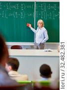 Купить «Mathe Dozentin steht an der Tafel in einem College oder einer Universität», фото № 32482381, снято 5 августа 2020 г. (c) age Fotostock / Фотобанк Лори