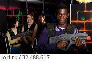 Купить «African laser tag player with gun ready for game», фото № 32488617, снято 23 января 2019 г. (c) Яков Филимонов / Фотобанк Лори