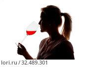 Eine junge Frau bei einer Weinverkostung. Probiert ein Glas Rotwein im Rotweinglas. Стоковое фото, фотограф Zoonar.com/Erwin Wodicka / age Fotostock / Фотобанк Лори