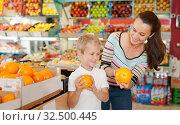 Купить «boy with his mom choosing oranges», фото № 32500445, снято 20 апреля 2019 г. (c) Яков Филимонов / Фотобанк Лори