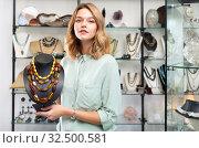 Купить «Salesgirl offering amber necklaces», фото № 32500581, снято 7 декабря 2019 г. (c) Яков Филимонов / Фотобанк Лори