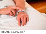 Ein Senior mit Rufhilfe Notfall Telefon im Bett. Стоковое фото, фотограф Zoonar.com/Erwin Wodicka / age Fotostock / Фотобанк Лори
