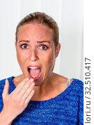 Eine junge Frau hat Angst und wirkt erschrocken. Стоковое фото, фотограф Zoonar.com/Erwin Wodicka / age Fotostock / Фотобанк Лори