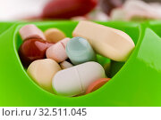 Grüne Pillenbox mit vielen bunten Pillen. Стоковое фото, фотограф Zoonar.com/Robert Kneschke / age Fotostock / Фотобанк Лори