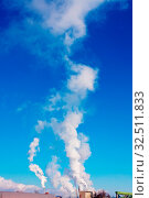 Stark rauchende Schlote eines Industrieunternehmens. Belastung der Umwelt. Стоковое фото, фотограф Zoonar.com/Erwin Wodicka / age Fotostock / Фотобанк Лори