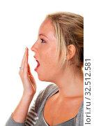 Eine junge Frau hält sich beim Gähnen die Hand vor den Mund. Müdigkeit und Schlafmangel. Стоковое фото, фотограф Zoonar.com/Erwin Wodicka / age Fotostock / Фотобанк Лори