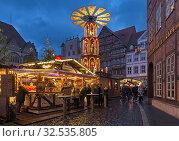 Купить «Рождественский базар в Хильдесхайме вечером, Германия», фото № 32535805, снято 9 декабря 2018 г. (c) Михаил Марковский / Фотобанк Лори