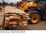 Forklift loads the boards in the lumber yard. Стоковое фото, фотограф Tryapitsyn Sergiy / Фотобанк Лори