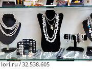 Купить «Pearls jewelry in store window», фото № 32538605, снято 5 декабря 2019 г. (c) Яков Филимонов / Фотобанк Лори