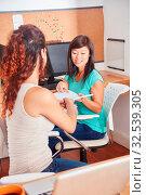 Zwei junge Frauen im Studium helfen sich und lernen zusammen. Стоковое фото, фотограф Zoonar.com/Robert Kneschke / age Fotostock / Фотобанк Лори