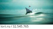 Papierschiff auf dem glitzernden Meer. Стоковое фото, фотограф Zoonar.com/marco martins / easy Fotostock / Фотобанк Лори