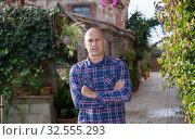 Купить «Farmer in courtyard of farmhouse», фото № 32555293, снято 15 декабря 2018 г. (c) Яков Филимонов / Фотобанк Лори