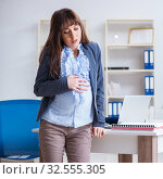 Купить «Pregnant woman struggling to do work in office», фото № 32555305, снято 28 декабря 2017 г. (c) Elnur / Фотобанк Лори