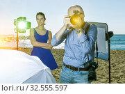 Portrait of professional photographer looking through camera len. Стоковое фото, фотограф Яков Филимонов / Фотобанк Лори