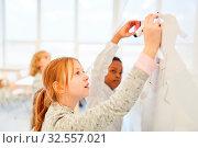 Купить «Kinder rechnen zusammen an der Tafel im Mathe Unterricht der Grundschule», фото № 32557021, снято 5 августа 2020 г. (c) age Fotostock / Фотобанк Лори